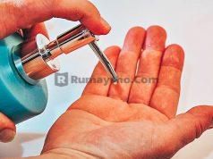 menggunakan hand sanitizer mengandung alkohol