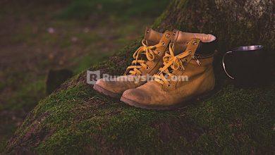Hukum shalat dengan menggunakan sepatu atau sandal
